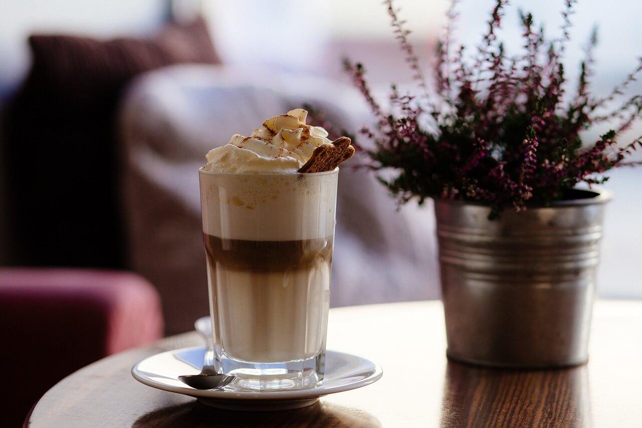Varma kaffedrinkar för kyliga dagar